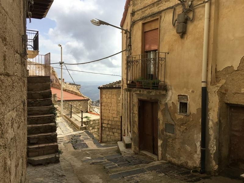 В старинной итальянской деревушке продают дома по 1 евро!