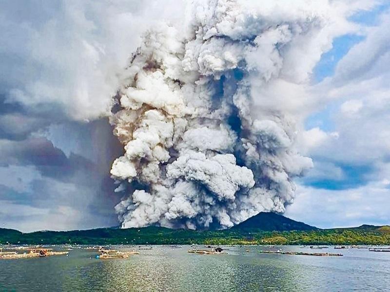 Извержение вулкана рядом с филиппинским курортом